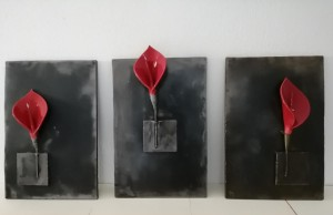 or16-efisio mario monni Tre calle rosse Installazione in ceramica e acciaio su tre pannelli Dimensioni150x45x10 cm ingombro massimo su parete